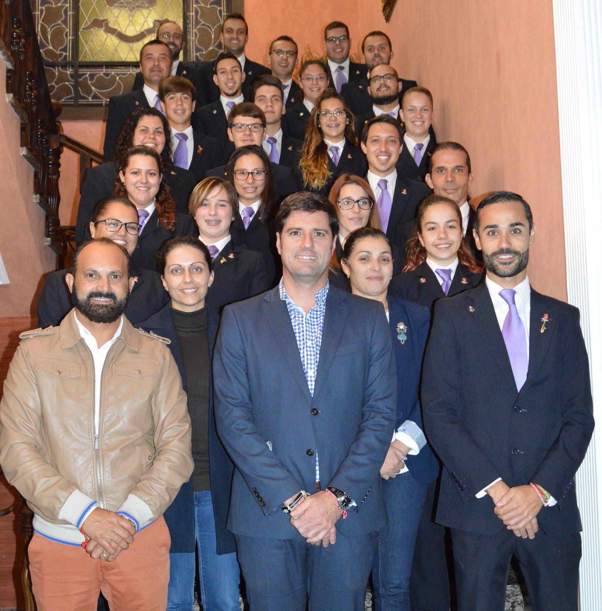 foto-de-los-miembros-de-la-banda-municipal-junto-a-representantes-municipales